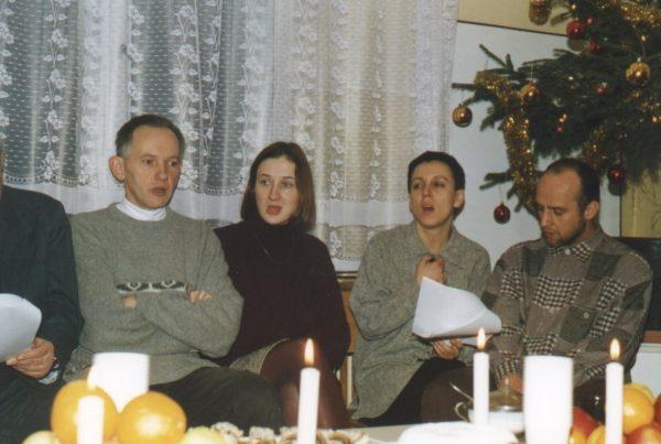Kolęduje Olga Tokarczuk (druga od prawej) w czasie Wieczoru Wigilijnego '97